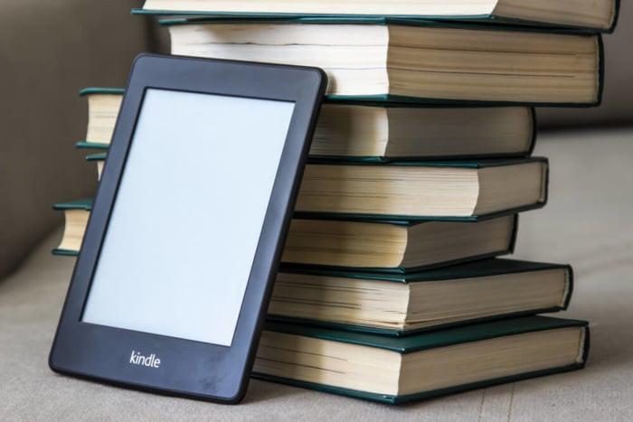 livros em papel e aparelho Kindle