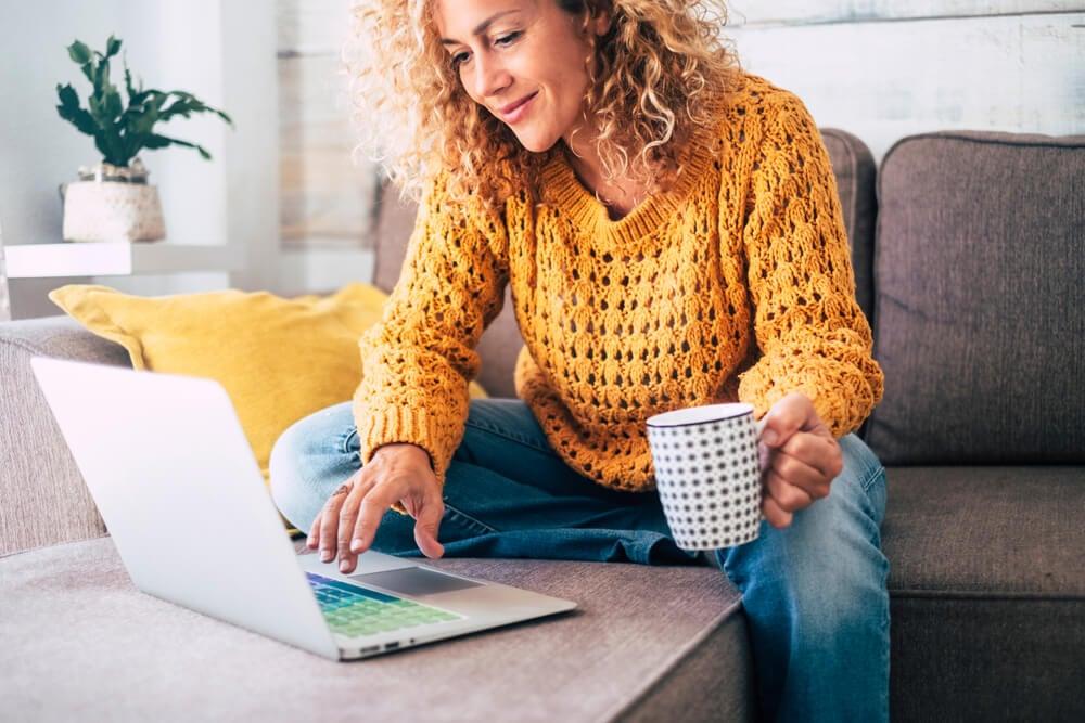 mulher freelancer trabalhando isolada