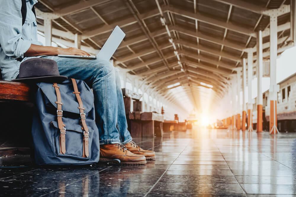 profissional digital freelancer aguardando o embarque