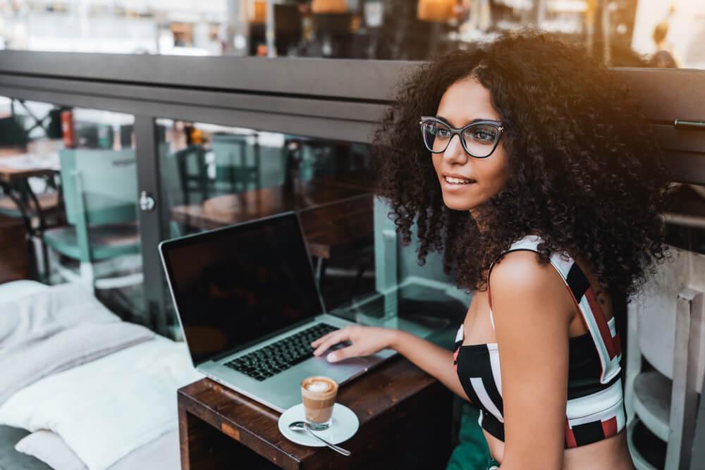 profissional digital trabalhando em uma cafeteria