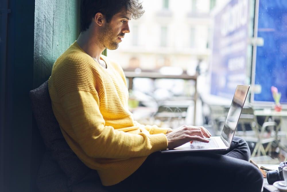 profissional freelancer trabalhando online no laptop
