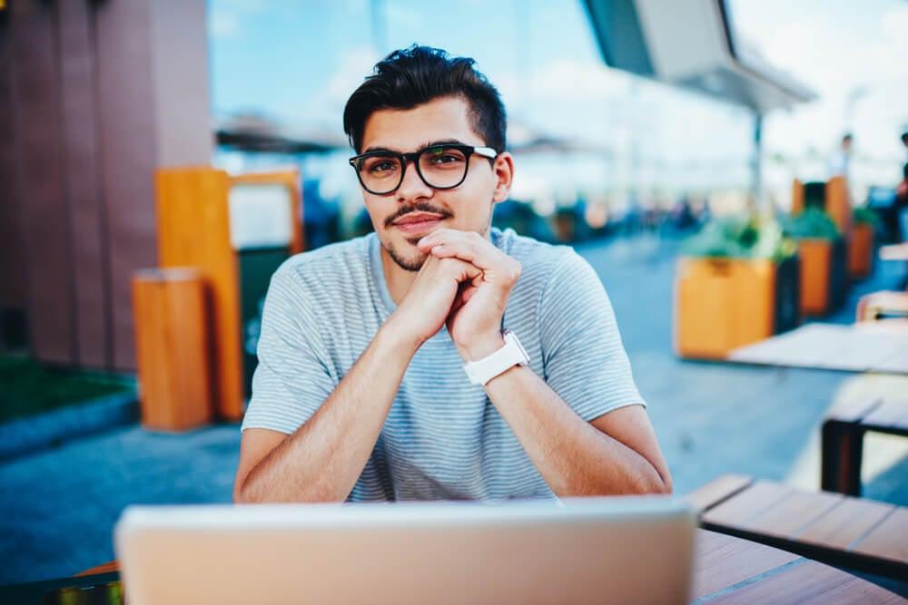 trabalhador jovem freelancer digital