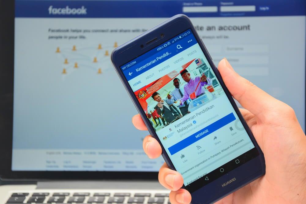 acesso a facebook no laptop e smartphone