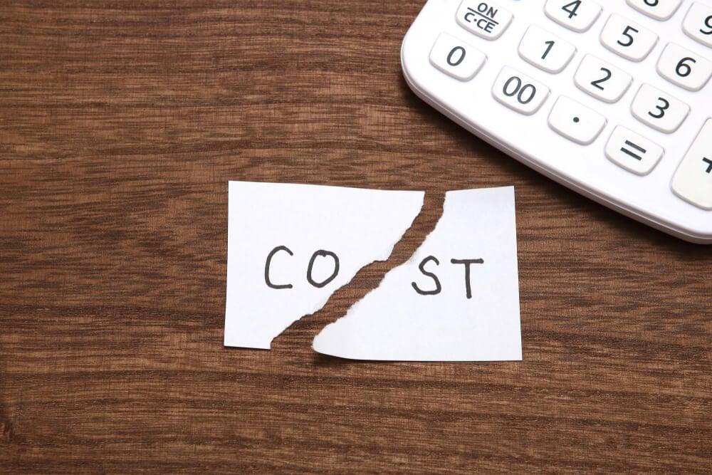 calculadora e papel rasgado com a palavra Custos e inglês