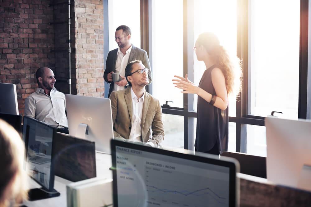 comunicação empresarial entre colegas de trabalho conversando em escritório