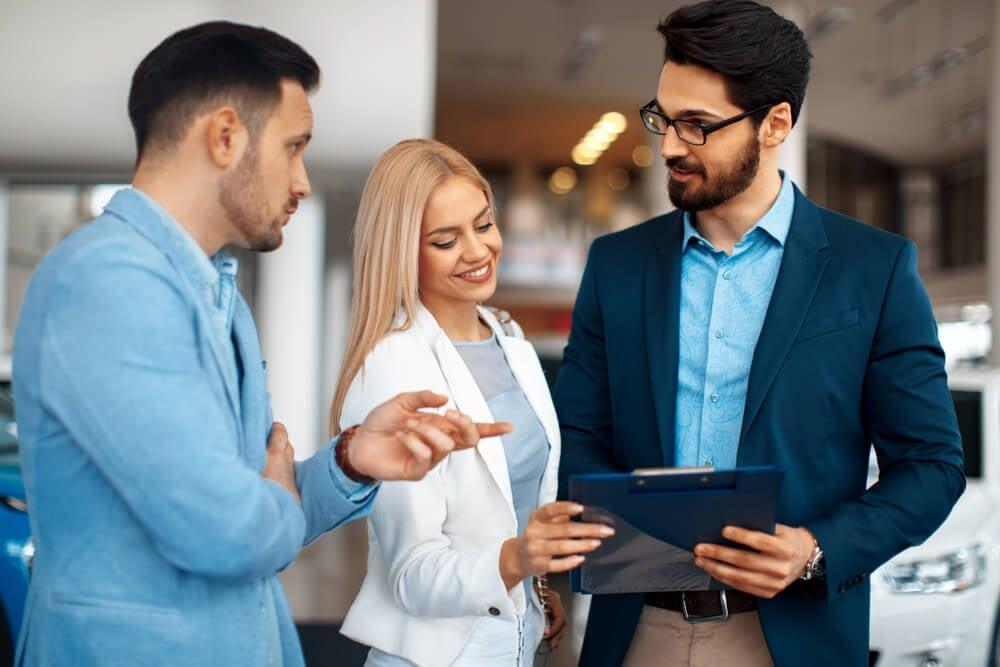 conversa entre compradores e profissional de vendas