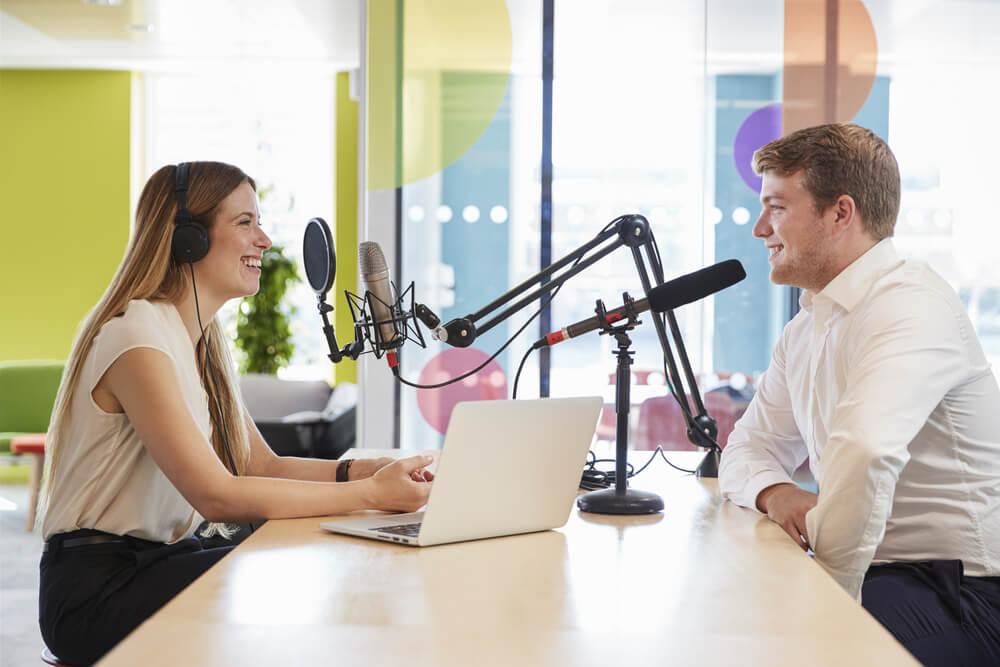 conversa entre entrevistador e convidado em programa de áudio