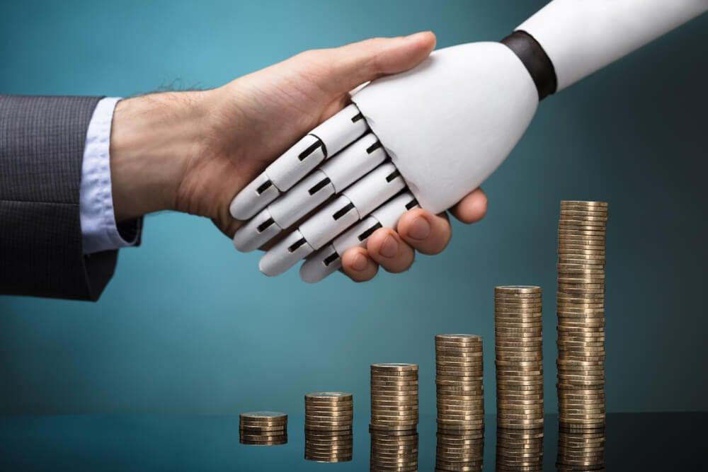 cumprimento entre humano e robô e pilhas de moeda