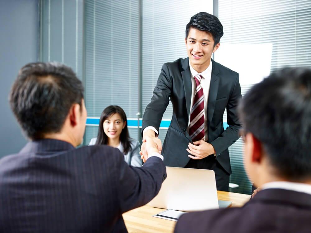 cumprimento entre parceiros em reunião de equipe