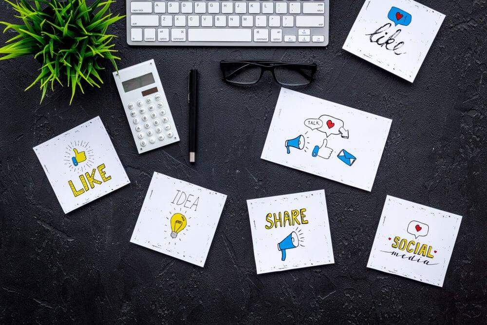 desenhos em papéis com símbolos de redes sociais