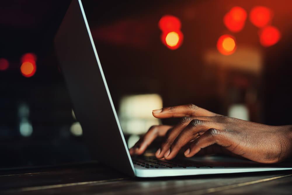 digitação em laptop
