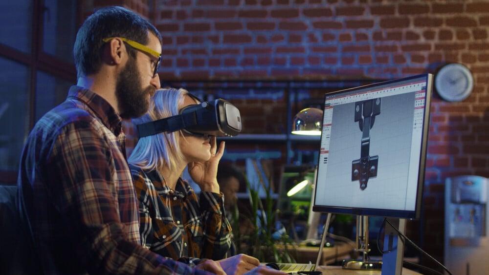 dupla a frente de computador na criação de games