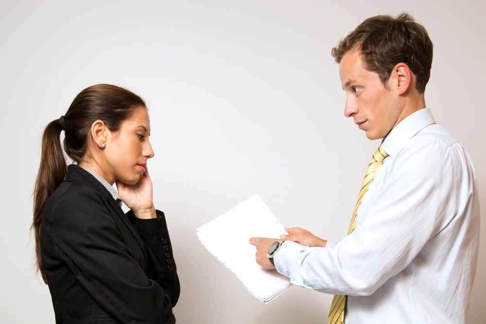 dupla de trabalho preocupada e feedback negativo sendo repassado