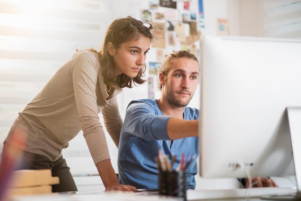 dupla trabalhando em cooperação em agência