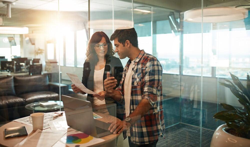 dupla trabalhando em sala de vidro em área de criação