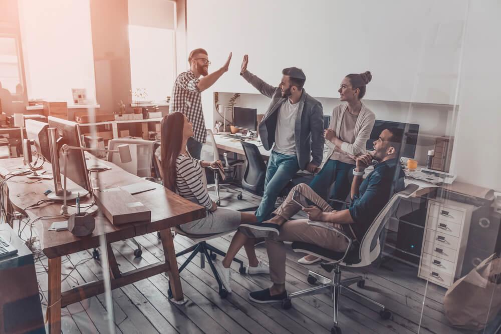 equipe de profissionais em reunião informal motivada