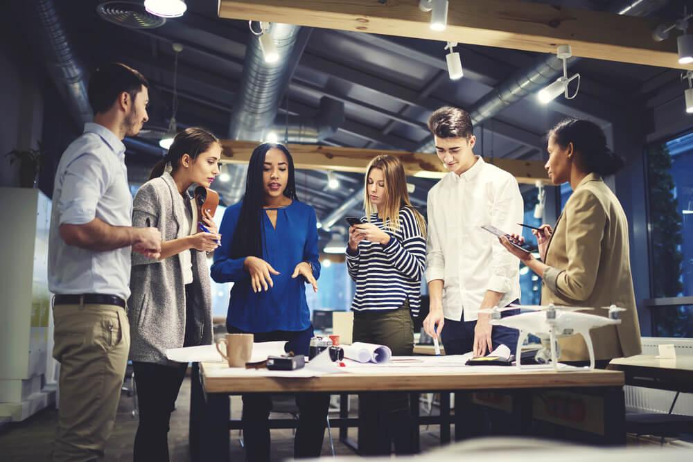 equipe de trabalho discutindo feedbacks sobre projeto