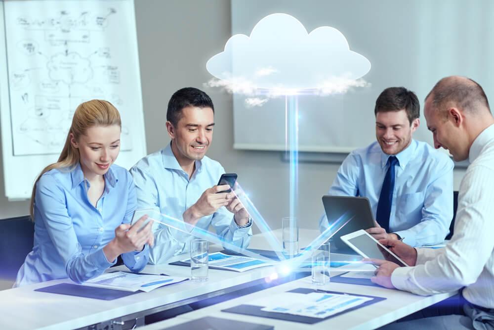 equipe executiva com dispositivos ligados por nuvem