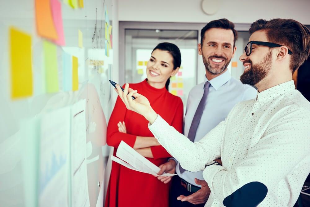 equipe sorridente em reunião de ideias em empresa