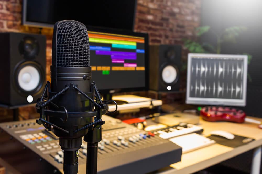 estúdio de áudio microfone e edição de áudio em computador