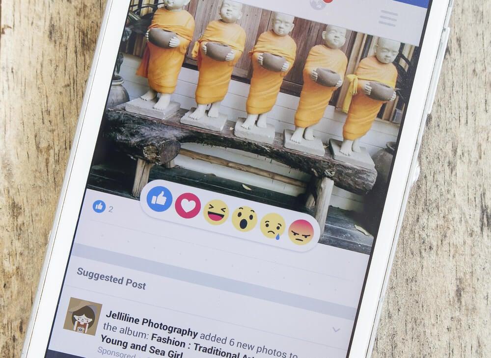 foto das reações para postagens do facebook em amartphone