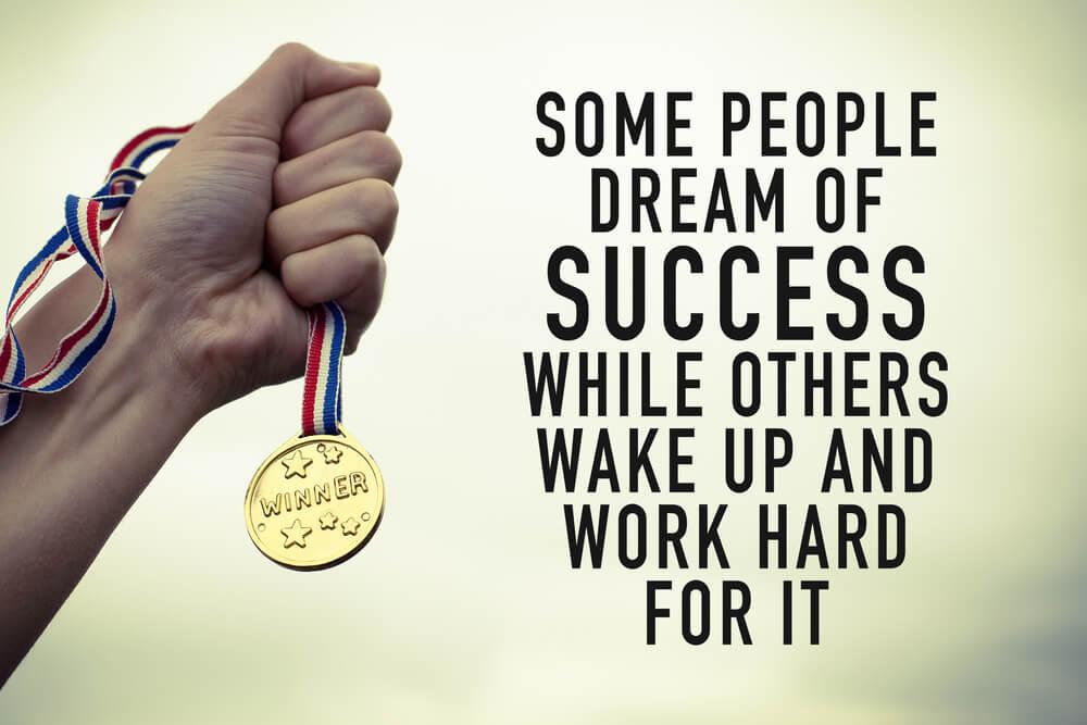 frase motivacional em inglês sob imagem de medalha