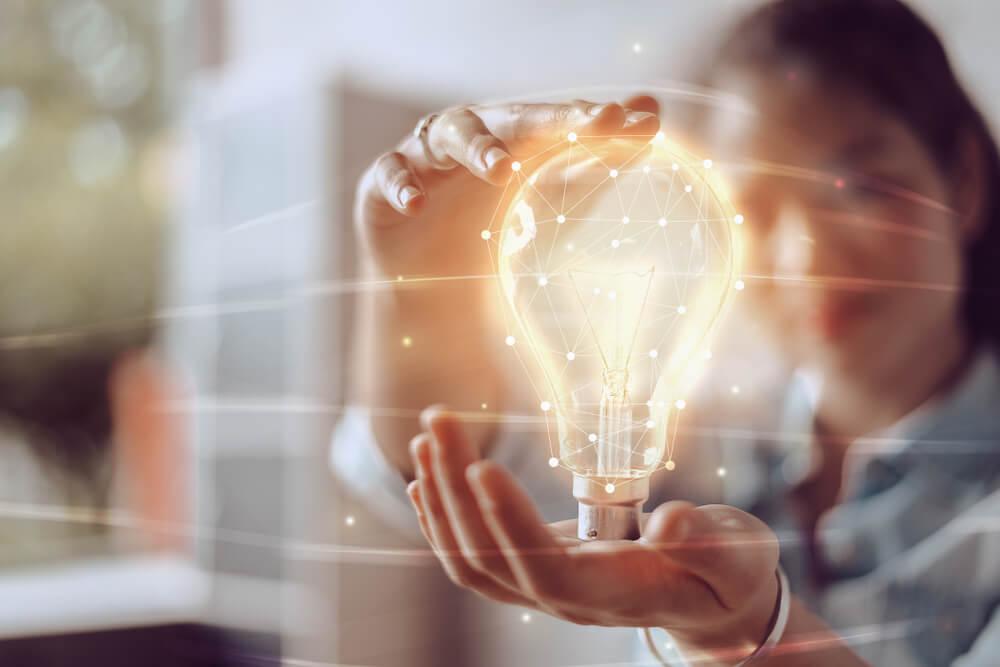 gaorta segurando lampada representando inovação