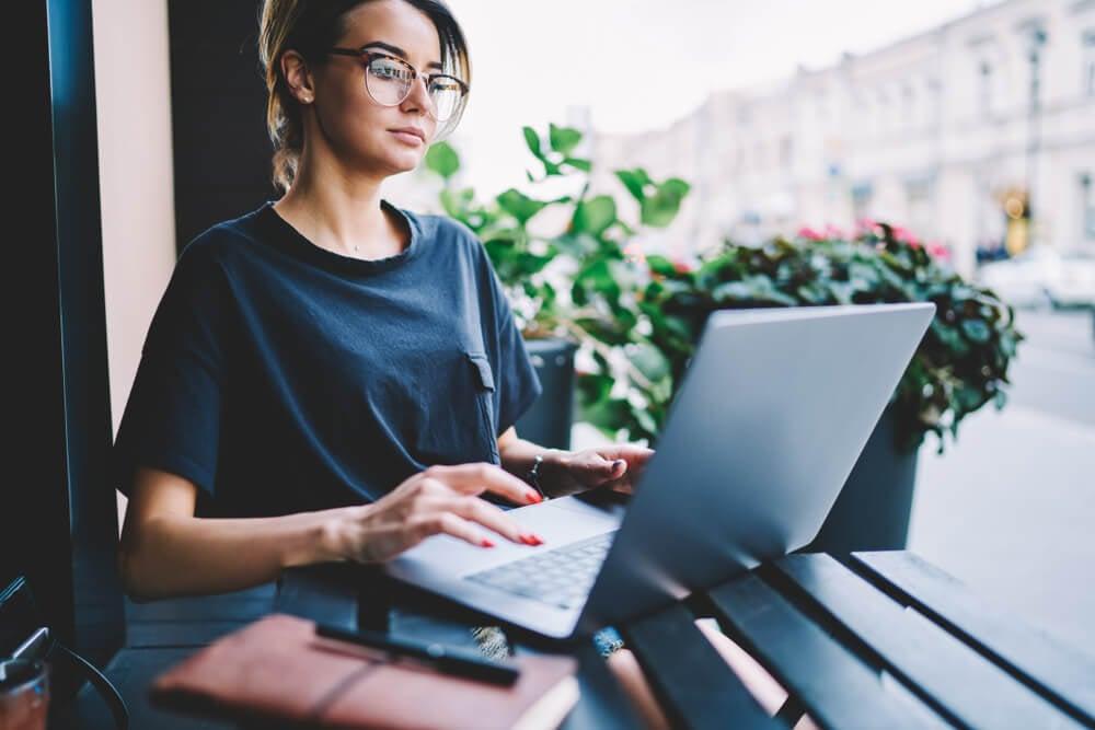 garota acessando a internet em laptop