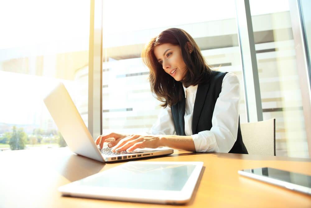 garota concentrada trabalhando em laptop
