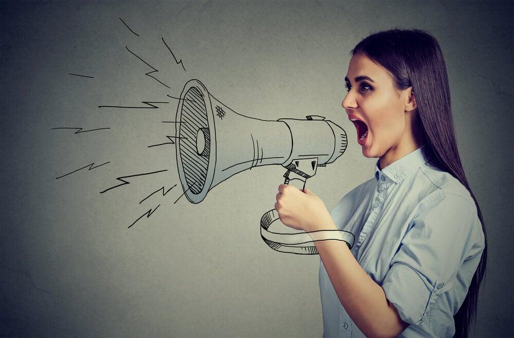 garota e ilustração de megafone comunicando