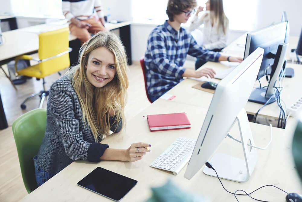 garota feliz em ambiente de trabalho