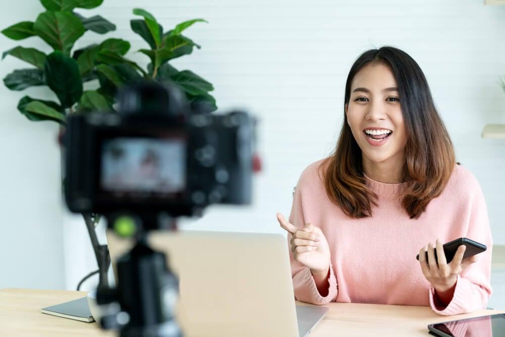 garota gravando vídeo em frente de câmera