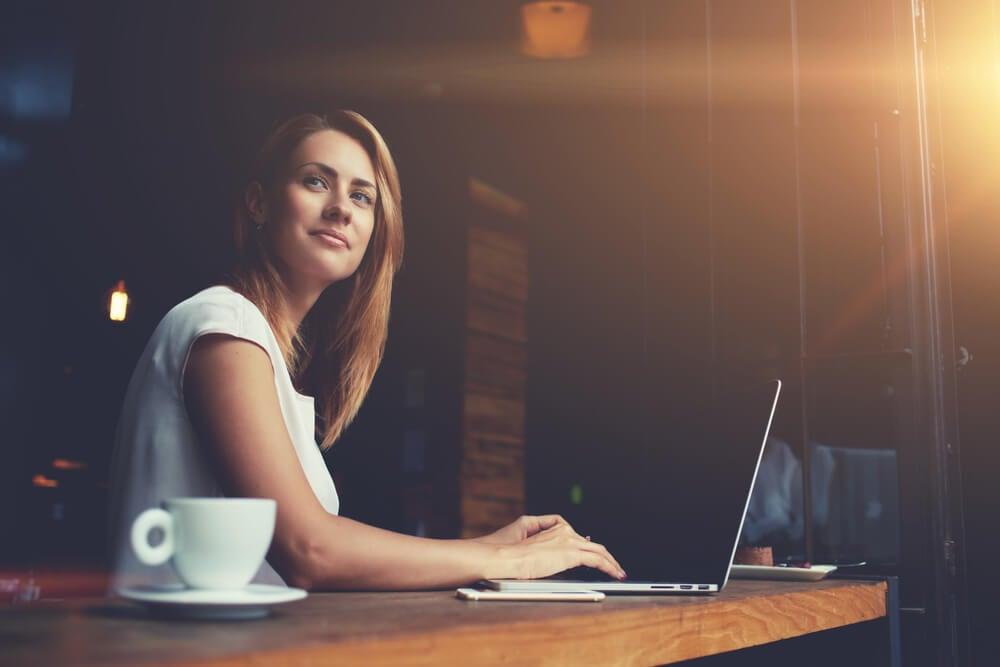 garota pensativa trabalhando em laptop