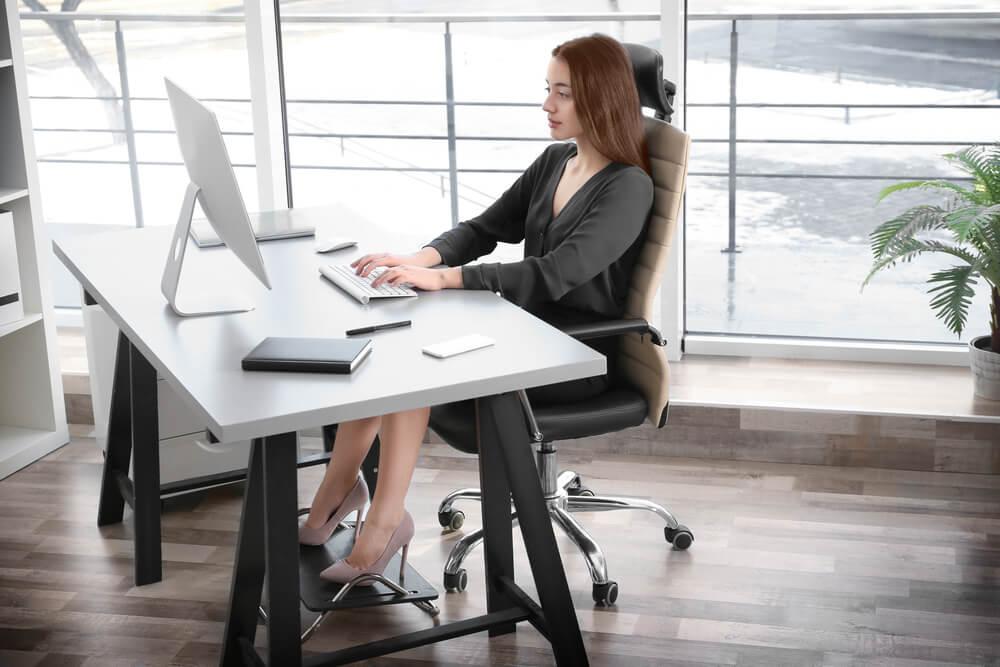 garota sentada com a postura correta em cadeira de escritório