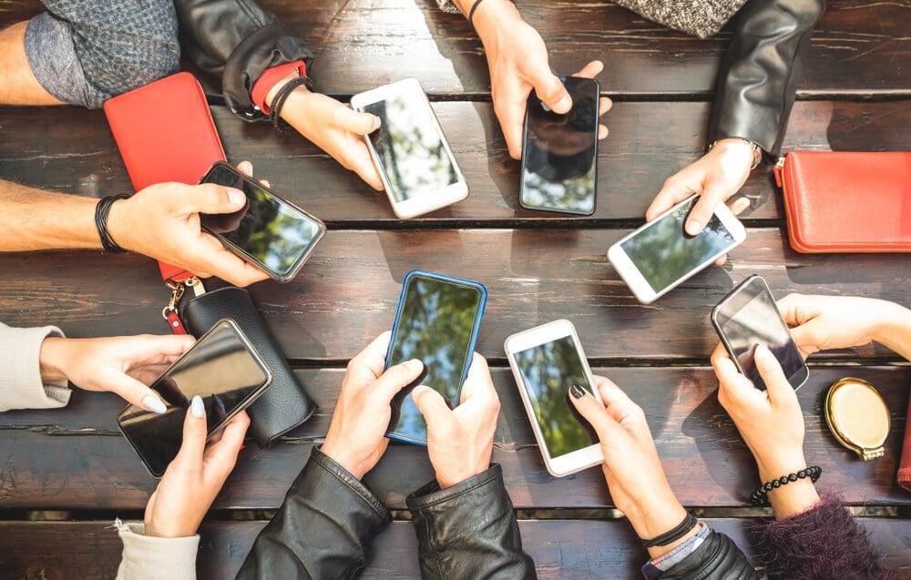 grupo com smartphones