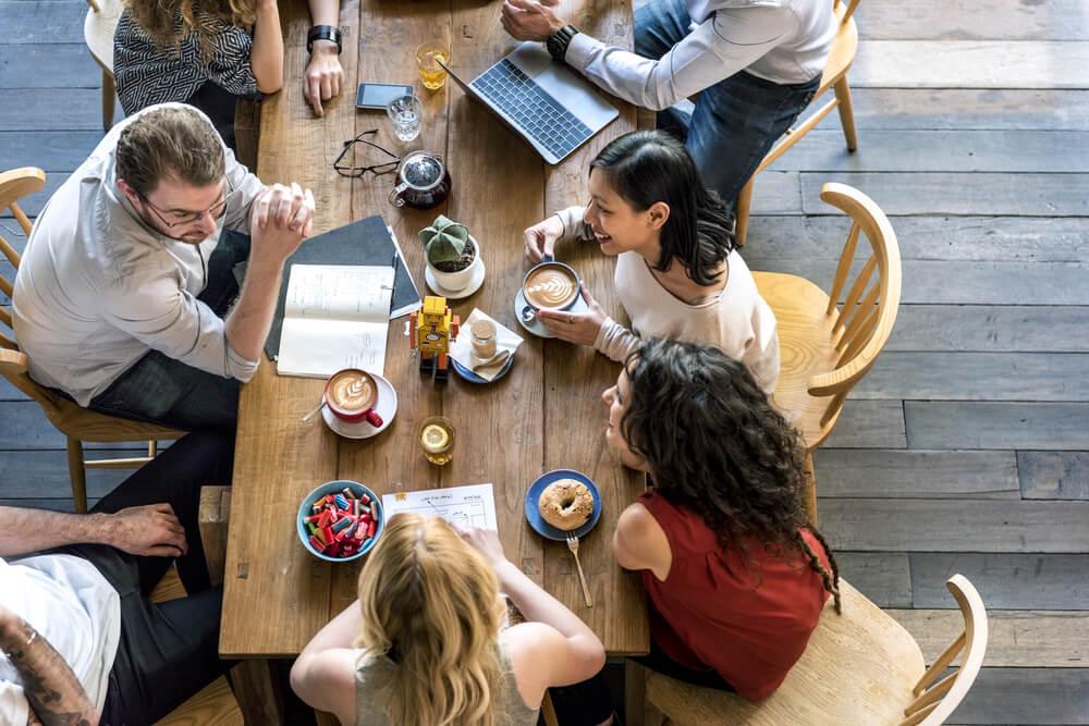 grupo de amigos em café
