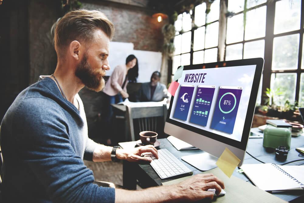 homem concentrado ao trabalhar no computador