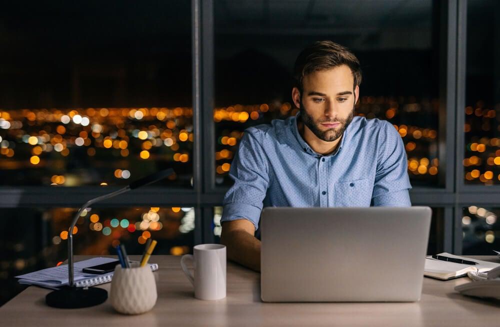 homem concentrado em trabalho online em laptop