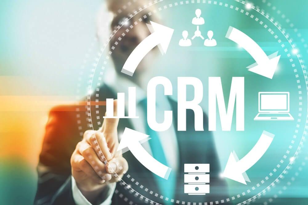 homem de negócios apontando imagem com sigla CRM e ciclo