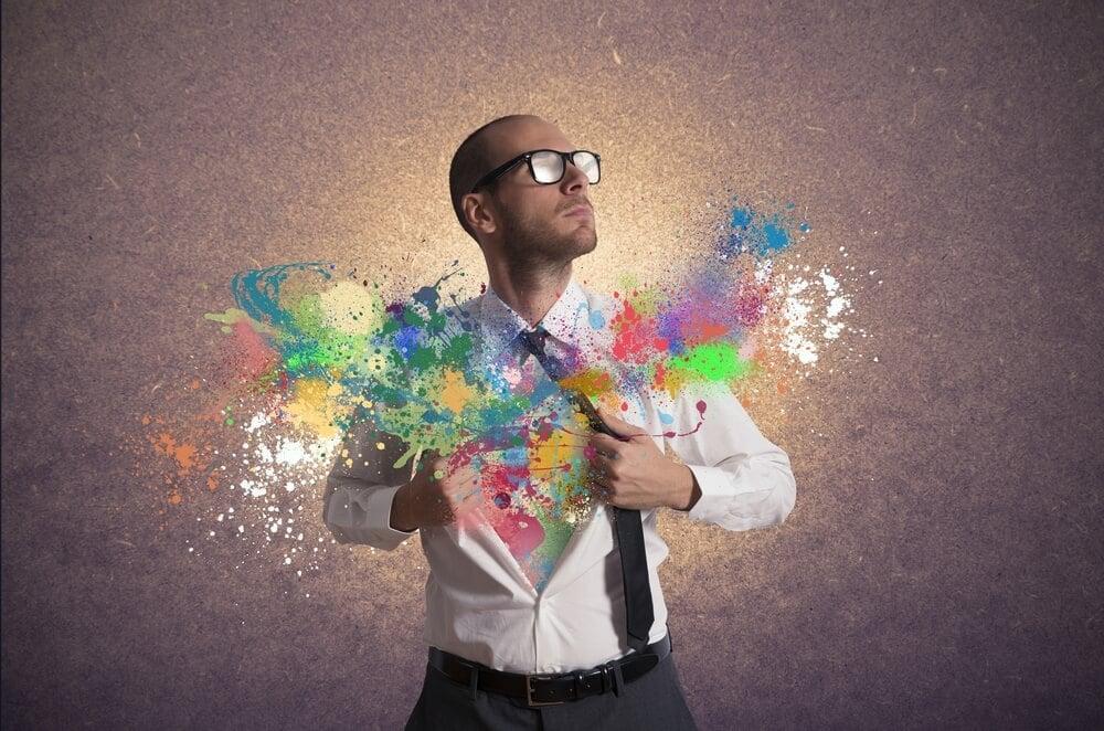 homem e cores de tinta representando criatividade