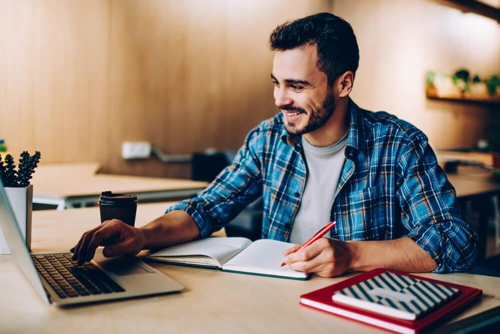 homem estudando algo no laptop