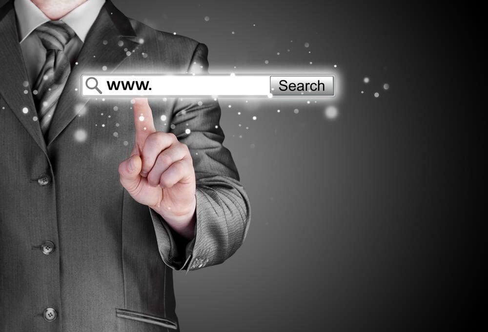 homem executivo acessando barra de navegador com http