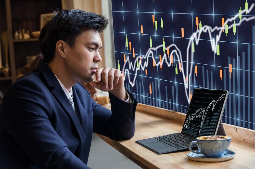 homem executivo concentrado em apresentações de gráficos