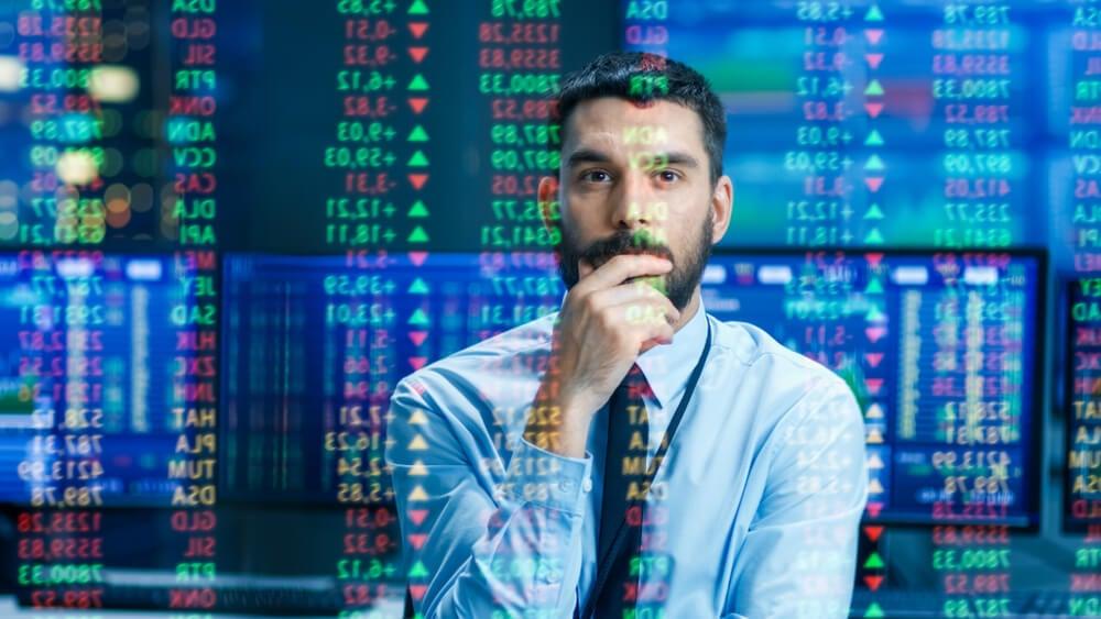 homem executivo concentrado em painel de dados