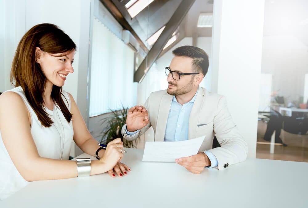 homem repassando feedback positivo a mulher sorridente