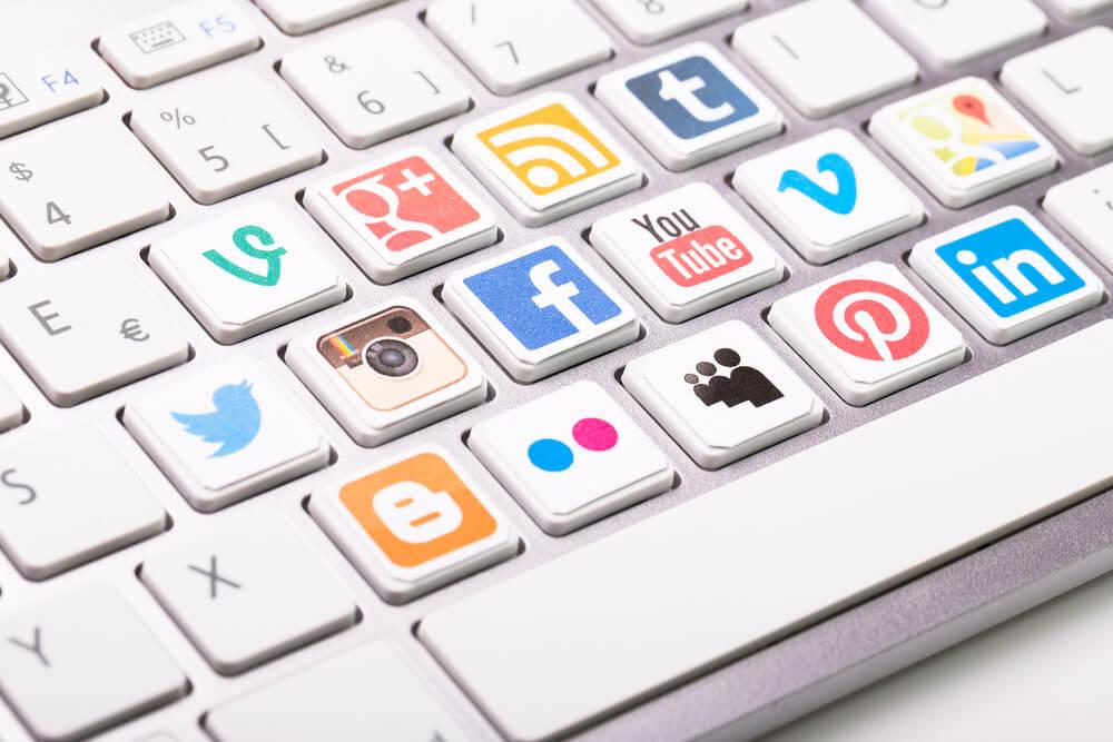 ícones de redes sociais em teclas de teclado