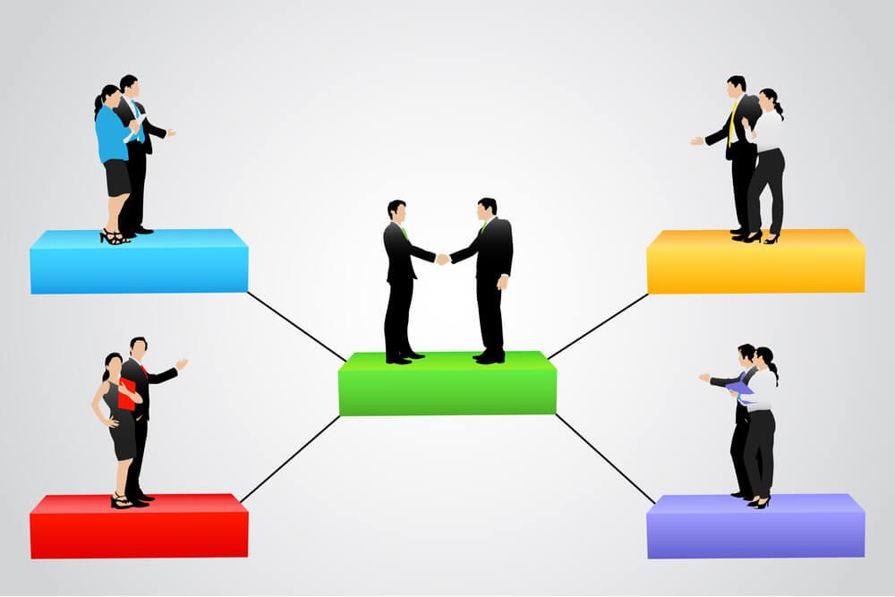 ilustração de estágios de organização com pessoas em plataformas coloridas