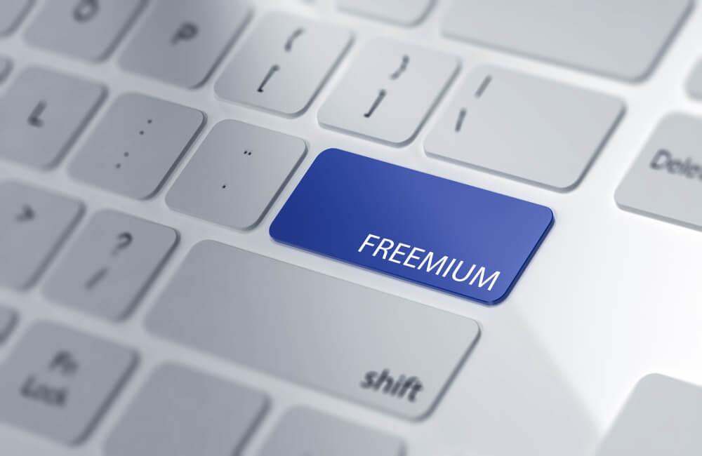 ilustração de teclado de laptop com tecla nomeada freemium