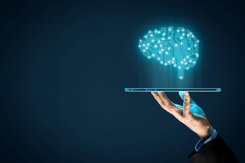 imagem de cérebro projetado sob tablet