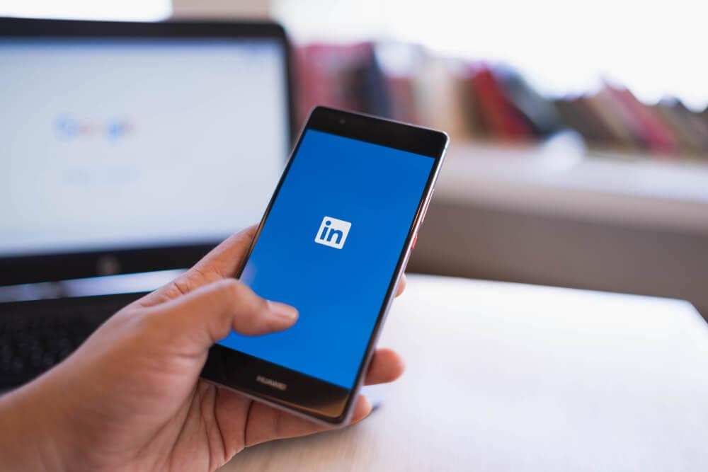 início do app LinkedIn em smartphone